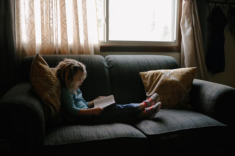 dziecko-czyta-ksiazke